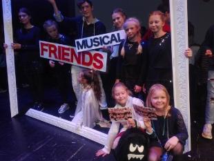 """Wyjście do Teatru Capitol na spektakl pt. """"Friends""""."""